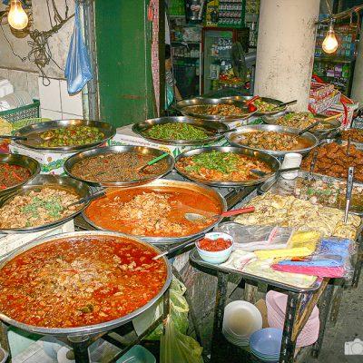 Stand mit Essen in Bangkok