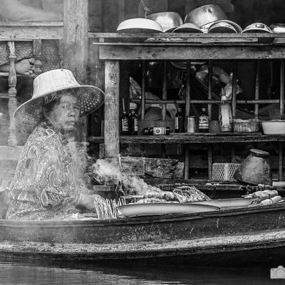 Frau auf den Klongs in Bangkok